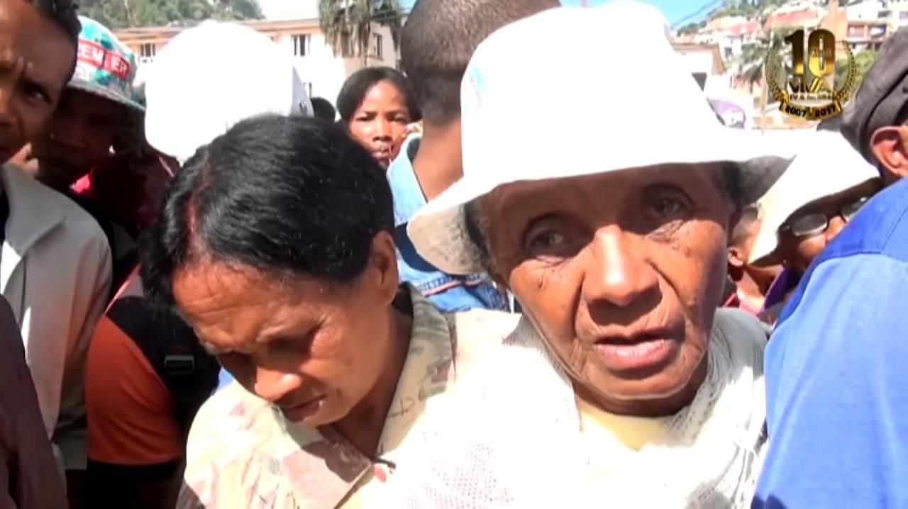 VIDEO. Une foule en furie se rue sur des sacs de riz à Mahamasina
