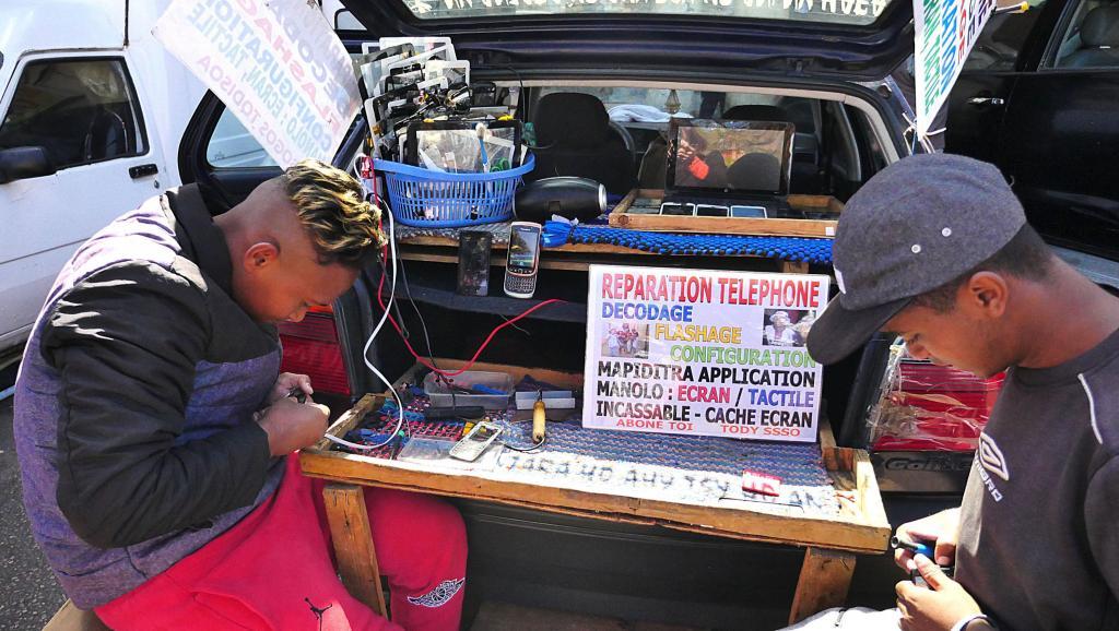 Un reportage sur ces petits entrepreneurs de rue qui réparent les téléphones